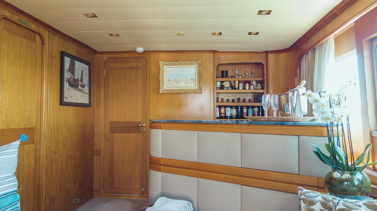 M/Y Freemont interior bar