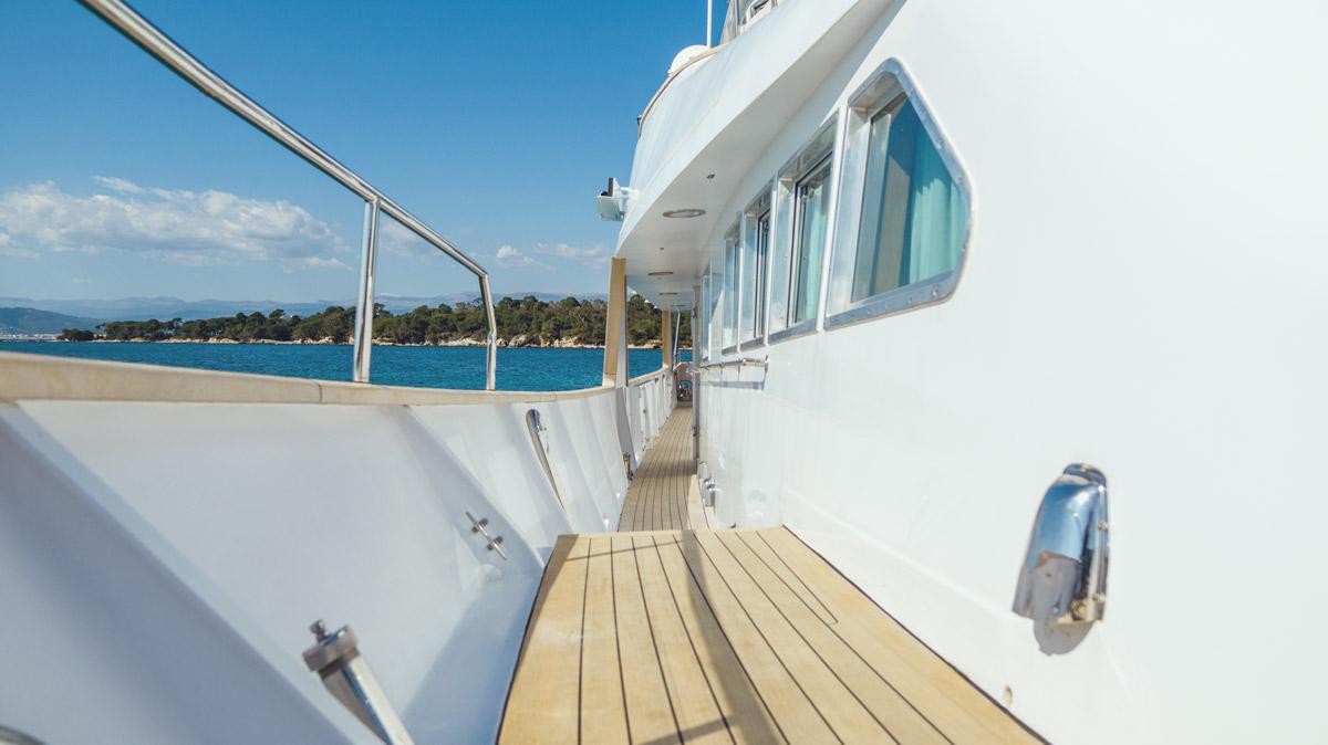 Freemont Motoryacht deck