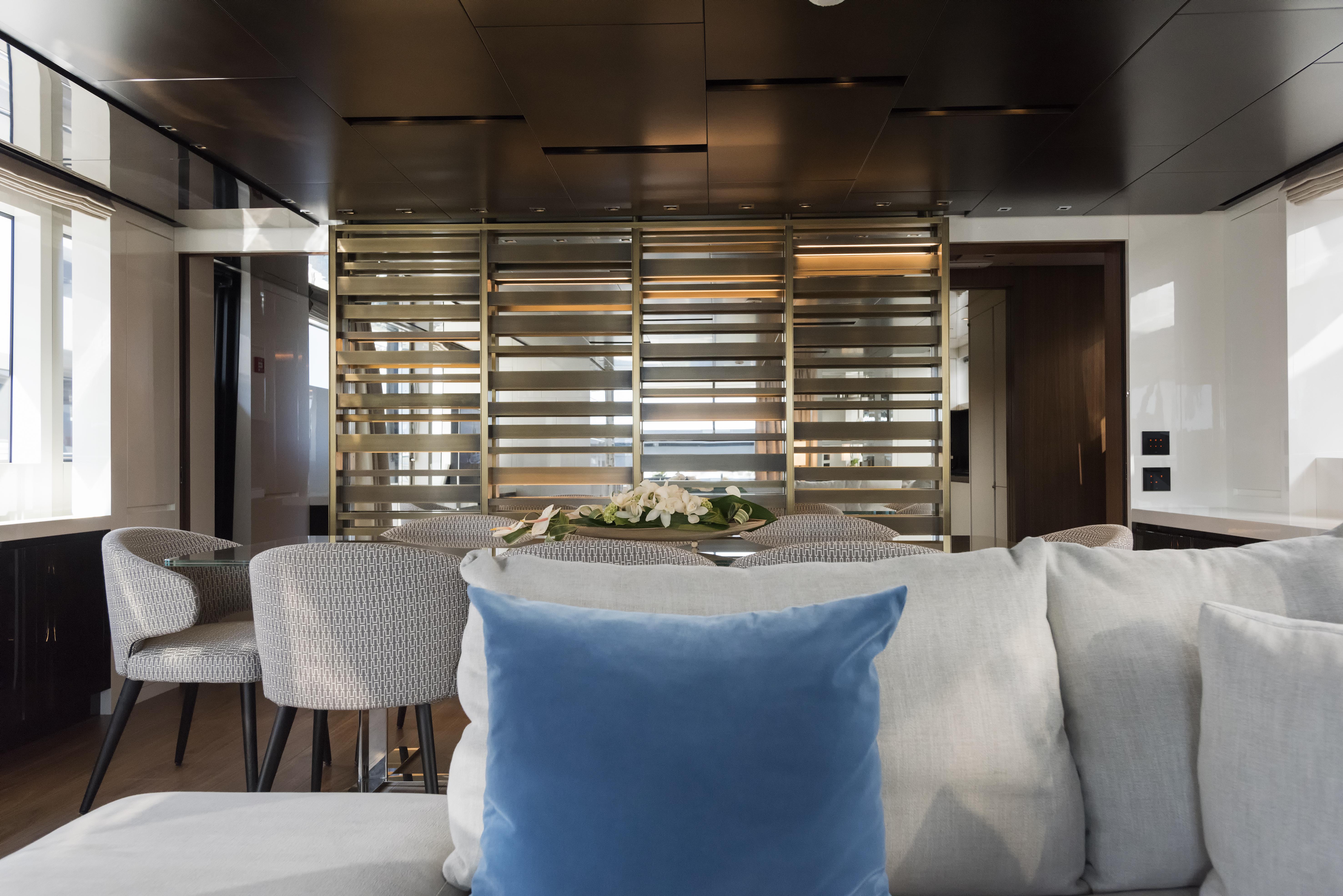 SL 106.644 interior dining area