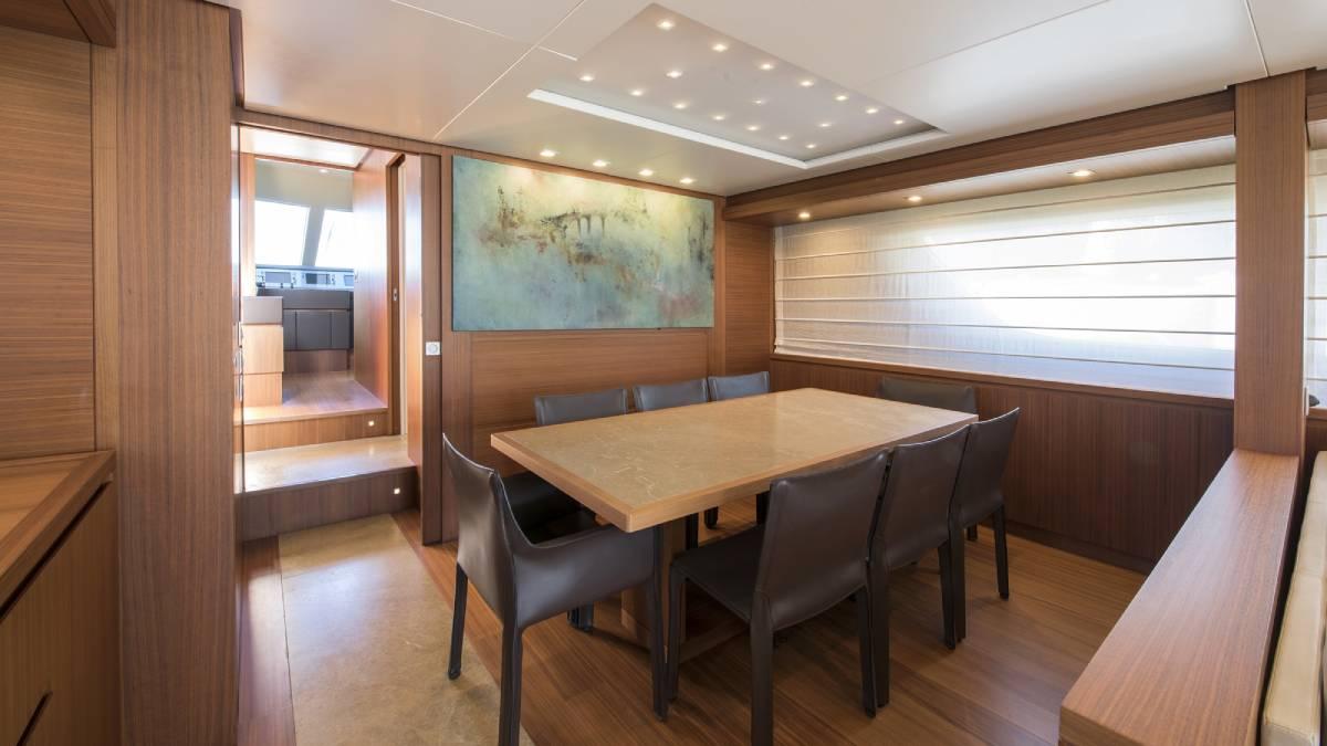 SL 82.548 interior dining area
