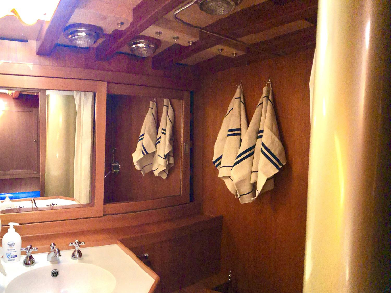 bathroom clan 2 yacht